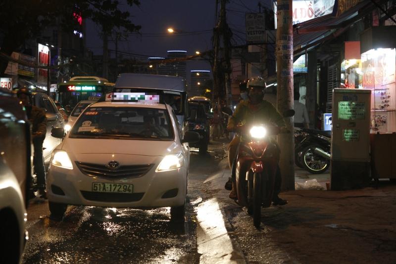 Người lái xe quen tay bật đèn pha bị CSGT phạt bao nhiêu?