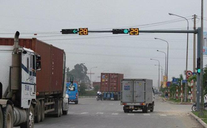Dừng xe lúc đèn xanh bị CSGT phạt có đúng không?