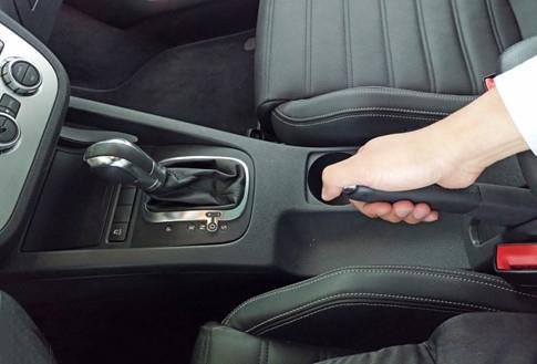 Thói quen đưa cần số về P trước khi kéo phanh tay sẽ ảnh hưởng đến các chi tiết hộp số