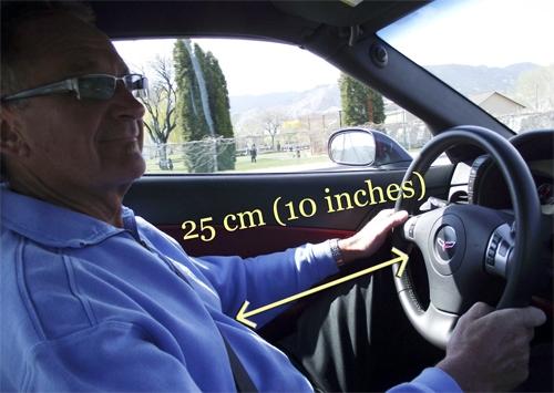 Khoảng cách vô-lăng phù hợp nhất là cách khoảng 25-30 cm