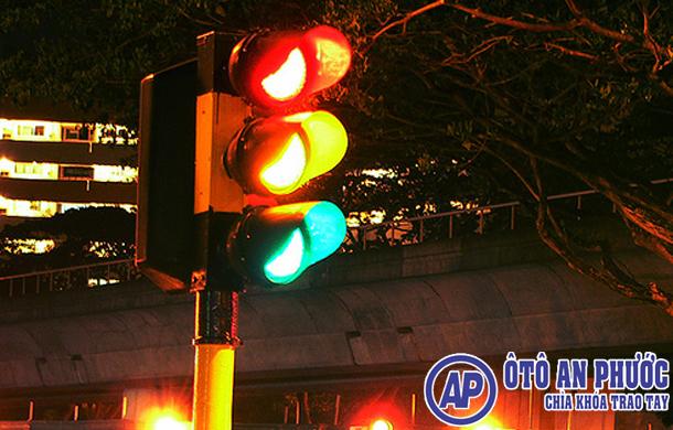 Lỗi vượt đèn Vàng đèn Đỏ Có gì khác nhau?