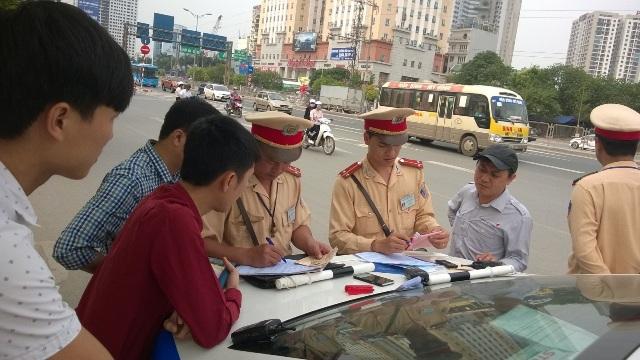 Dân có quyền kiểm tra giấy tờ của Cảnh sát giao thông hay không?
